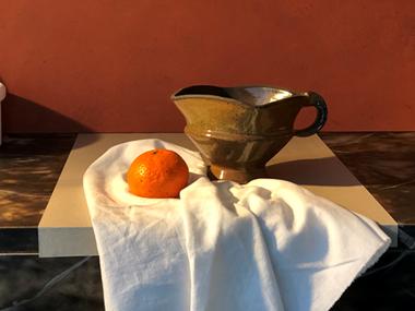Stilleven van schenkkom en mandarijn